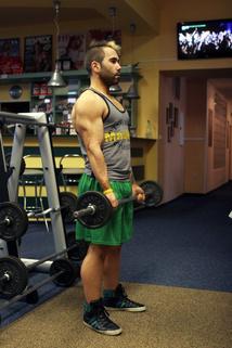 Bicepsový zdvih ve stoji | onefit.cz