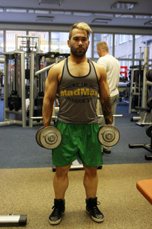 Kladivové bicepsové zdvihy ve stoji | onefit.cz